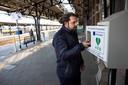 Hoofdconducteur Ibrahim Kayhan  op Station Roosendaal. Vorig jaar reanimeerde Kayhan op station Breda een treinreiziger. Dankzij de AED lukte het om weer een hartslag te krijgen.