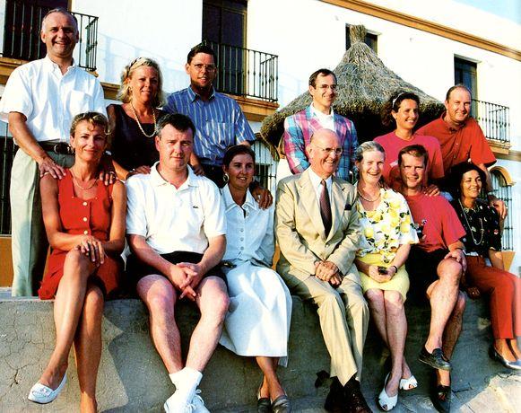 De inmiddels overleden stamvader Roger De Clerck, omringd door zijn zes kinderen en hun partners. De familie, verscheurd door geld en verraad, probeert zich nu ultiem te verzoenen.