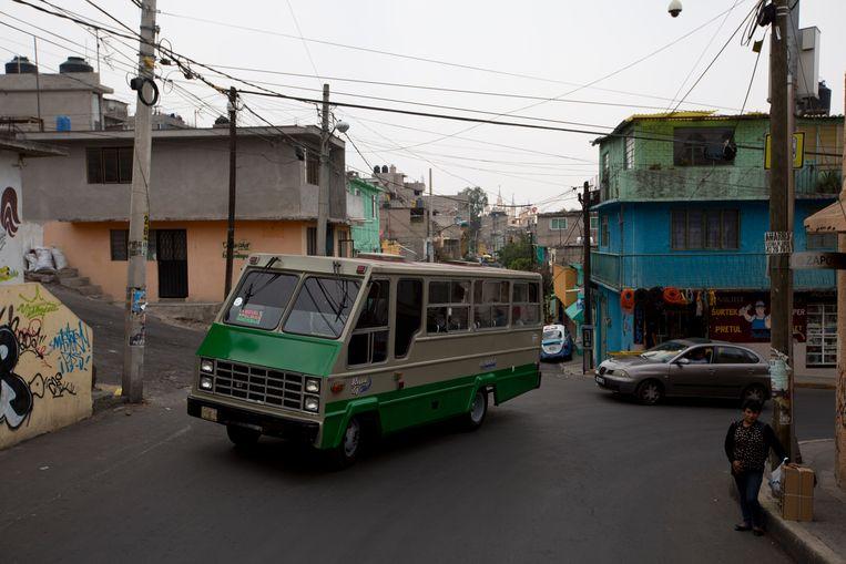 Een bus rijdt door het stadsdeel Iztapalapa in Mexico City.