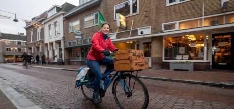 Normaal staat ze in de winkel, nu bezorgt Ilonne op de fiets bestellingen aan huis