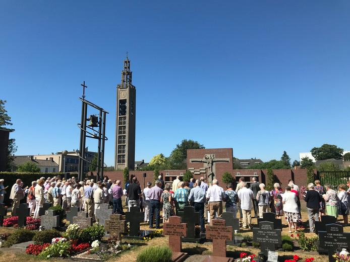 Zo'n 200 belangstellenden woonden de eucharistieviering en inzegening van de muur en urnenwand bij.