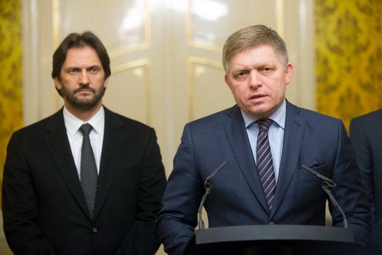 Robert Kalinak (l) naast premier Robert Fico.