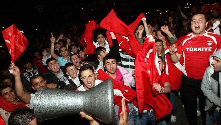 Turkse Nederlanders vieren een overwinning van het Turkse nationale voetbalelftal Beeld null