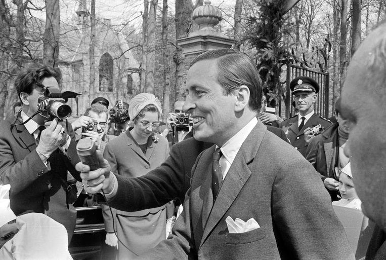 Een gelukkige prins Claus staat de pers te woord over de geboorte van zijn zoon Beeld ANP