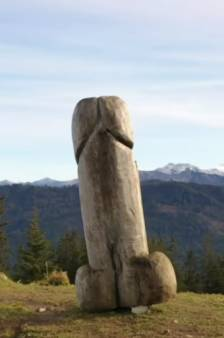 La célèbre sculpture d'un phallus géant disparaît mystérieusement d'un sommet des Alpes