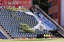 Vlak voor de competitiestart kampt het stadion nog met opvallend achterstallig onderhoud.