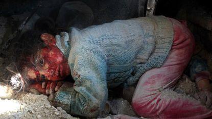 De gruwel van Syrië: meisje ligt bebloed naast dode lichaam van zus