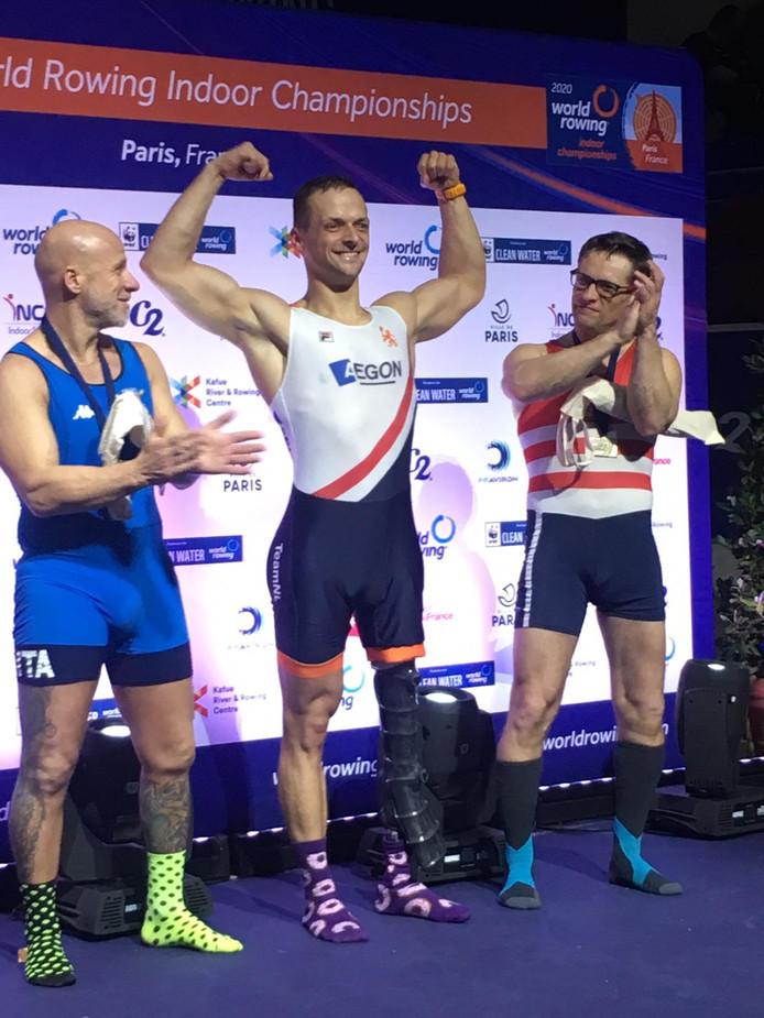 Corné de Koning (midden), nadat hij  winnaar is geworden van het WK indoor roeien.