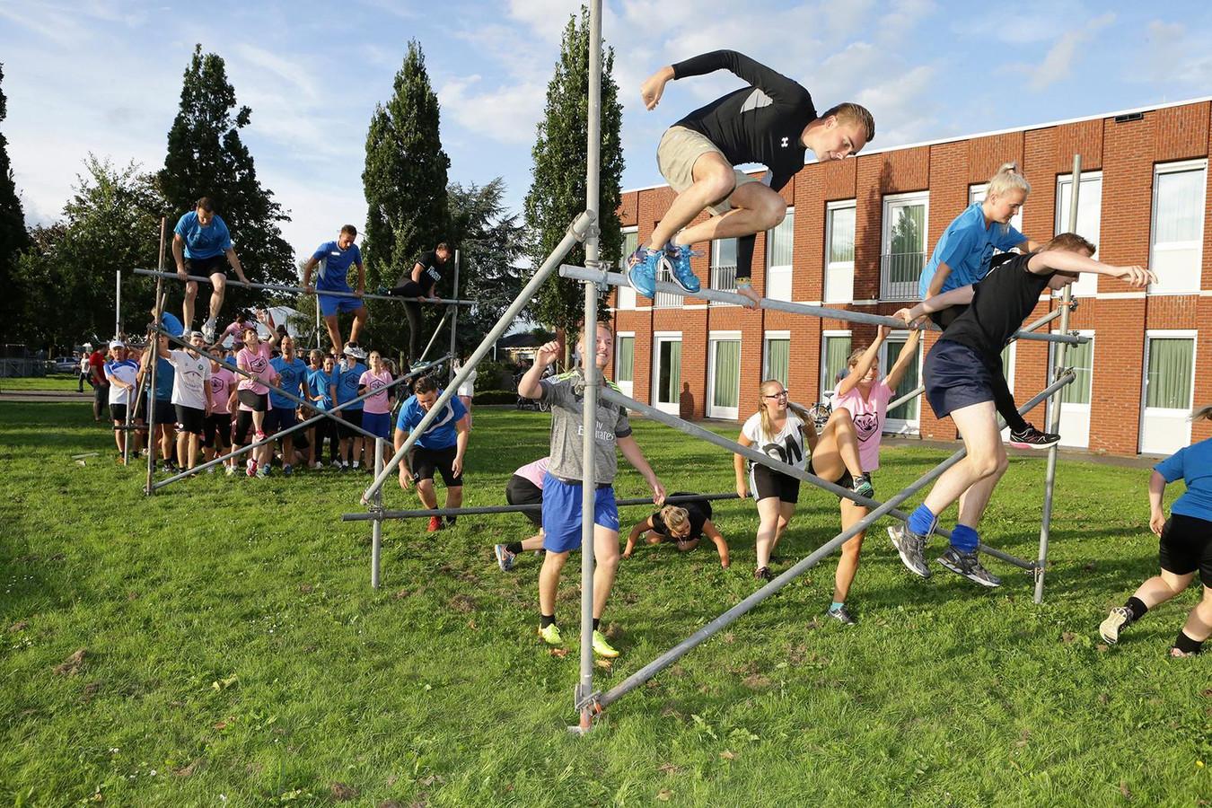 Deelnemers aan een eerdere editie van de Alm Masters, de hindernisrace dwars door Almkerk.