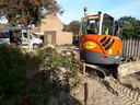 Vitens en De Vries werken aan het herstel van waterleiding en weg aan de Spinnersdonk in Apeldoorn