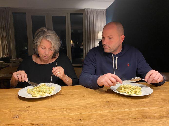 Rutger Veugelers met zijn moeder Ineke, die tijdelijk bij hem logeert, zodat ze kan opknappen.