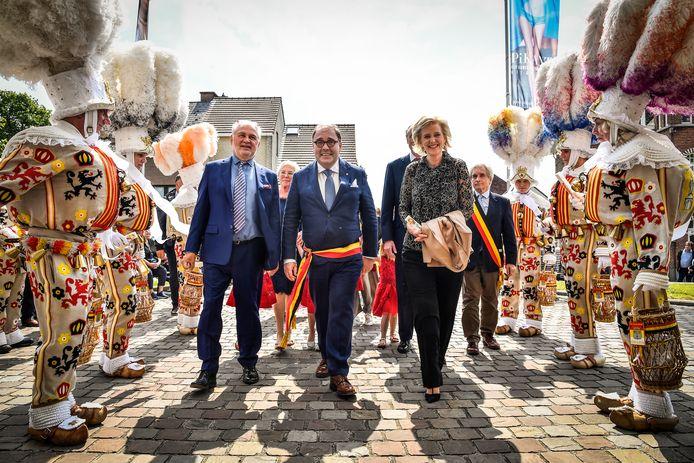 Fernand Huts, Christoph D'Haese en prinses Astrid tussen rijen van Aalsterse Gilles.