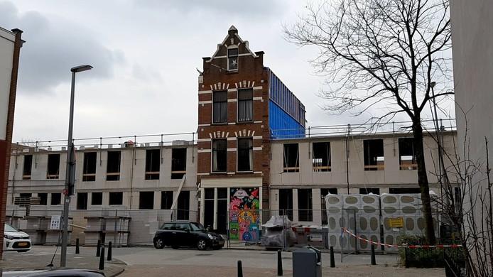 Links en rechts van het 'eenzame' huis werden dertig sociale huurwoningen gesloopt voor nieuwe gezinswoningen. De nieuwe huurprijzen zijn echter alles behalve sociaal: 1575 euro per maand.