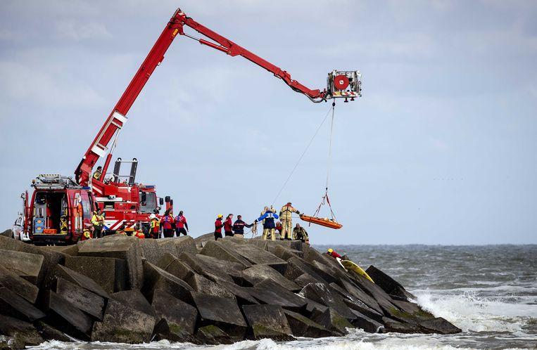 De bergingswerkzaamheden dinsdag op het Noordelijk Havenhoofd. Beeld ANP
