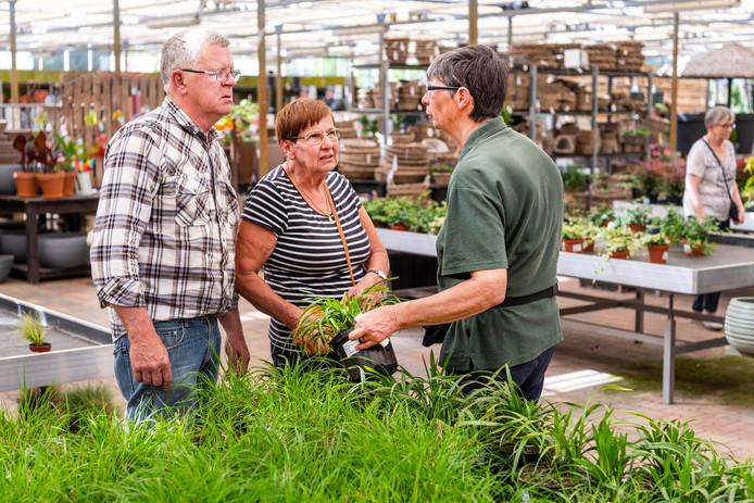 Bij tuincentrum Meijs in Heesch komen mensen op tweede paasdag perkplantjes kopen.