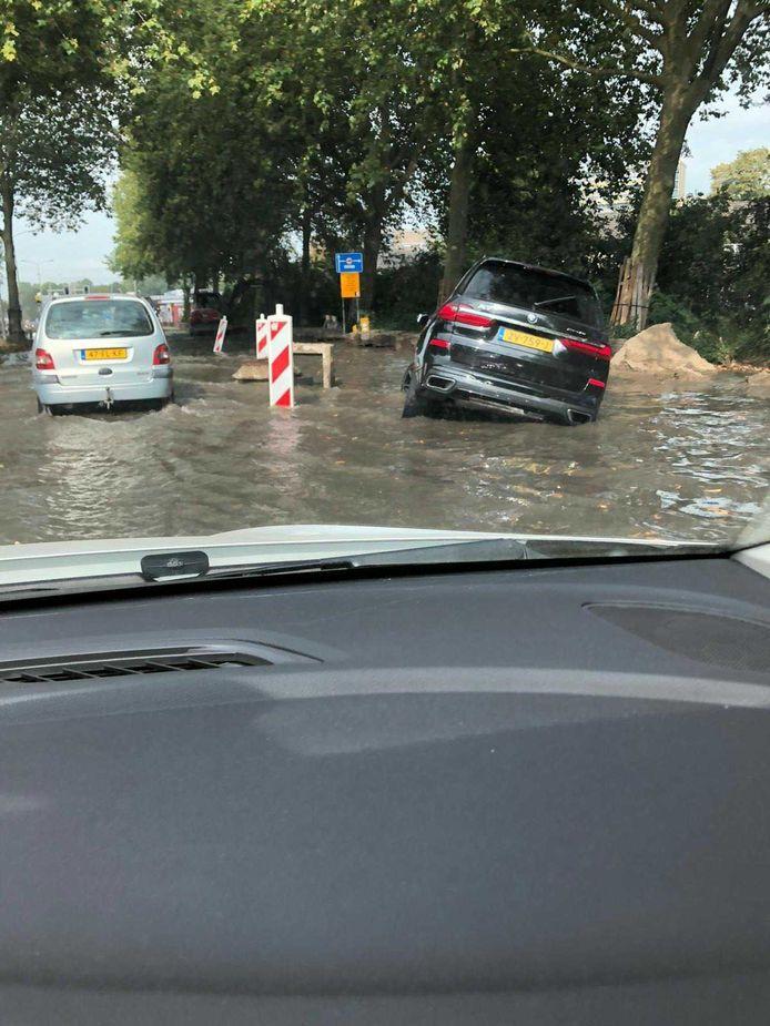 Een gesprongen waterleiding heeft woensdag een deel van de Banneweg blank gezet.