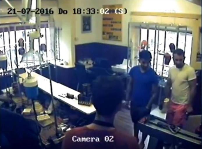 De mannen in korte broek die de ring meenamen. Beeld uit bewakingscamera.