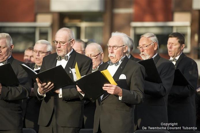 Het Christelijk Mannenkoor Vriezenveen tijdens een optreden bij de onthulling van het nieuwe oorlogsmonument.