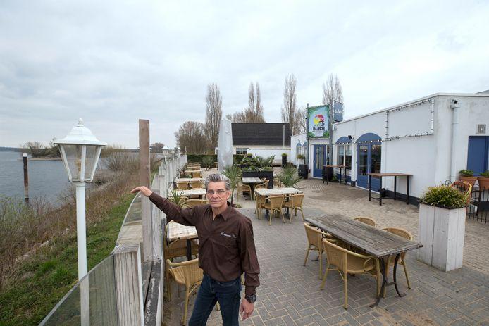 Jos Schoot op het terras van brasserie Vin. Zijn nieuwe horecazaak had vrijdag zullen openen. Foto Theo Kock