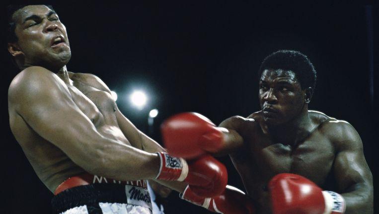 Muhammad Ali wordt tijdens een gevecht in 1981 geraakt door Trevor Berbick, in zijn laatste gevecht als professioneel bokser. Beeld Guus Dubbelman