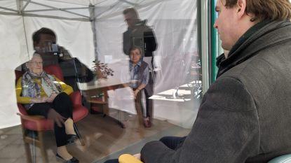 Burgemeester bezoekt senioren in Babbelbox De Vijvers