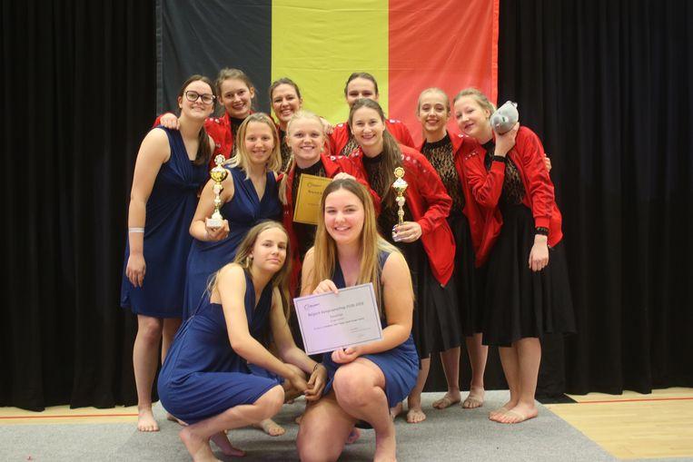 Meer dan duizend deelnemers present op het Belgisch kampioenschap dans in de Sportoase. Jonge jazzdancers op het podium na hun wedstrijd.