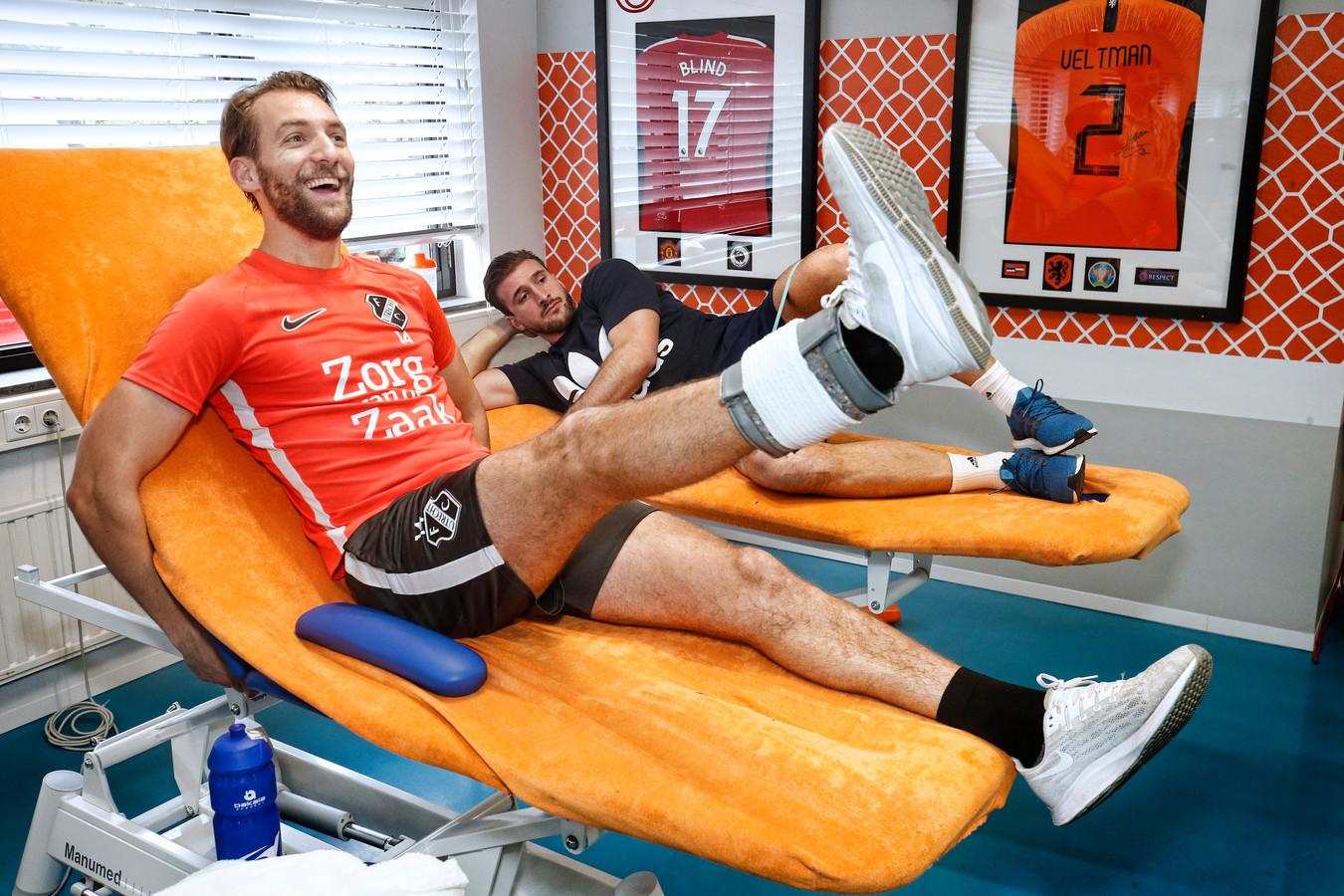 Willem Janssen tijdens zijn herstel in Zeist, rechts met oud-teamgenoot Robin van der Meer.