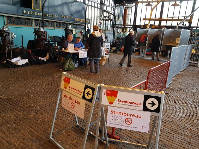 Mensen brengen hun stem uit bij Museum 't Kromhout Beeld Heleen Beaart
