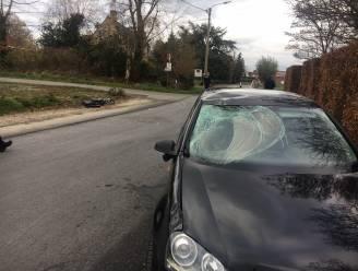 Fietser (23) zwaargewond na klap tegen auto op kruispunt