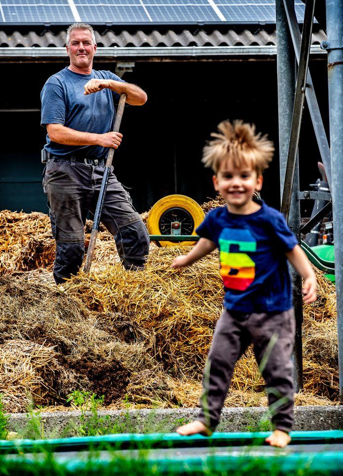 John van der Salm heeft vakantiewoningen op zijn boerderij in Woubrugge waar jong en oud lekker kunnen springen op de trampoline