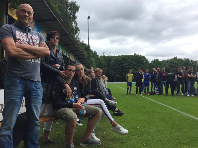 De ouders, broer Jelte en zus Lotte van de overleden Jurre Janssen zitten vooraan op een bankje tijdens de openingsceremonie van het Jurre Janssen Toernooi.