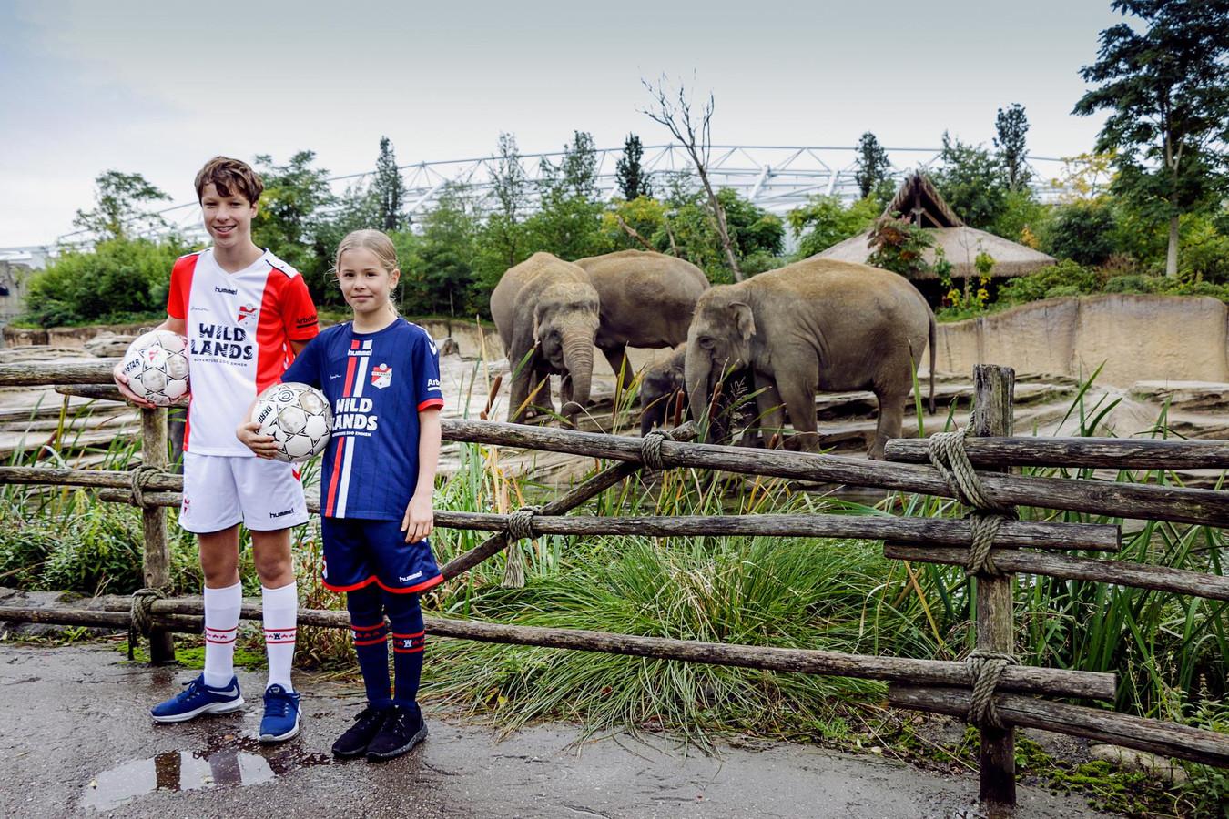 Jonge FC Emmen-fans met het nieuwe thuis- en uittenue voor jeugd tot 18 jaar.