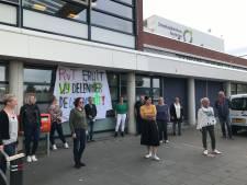 Medewerkers SKB eisen met spandoeken oprichting eigen Ondernemingsraad