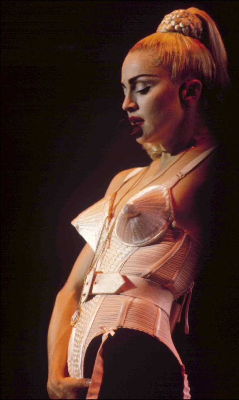 Madonna tijdens haar Blond Ambition World Tour, met de bekende puntige bustier.