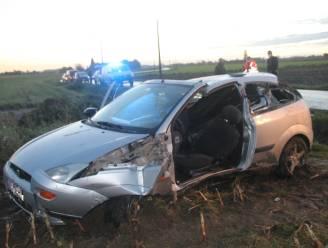 Vrouw (24) slipt en belandt met auto op akker