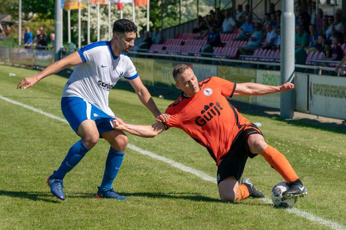 De Bataven-speler Emile Lieuwen (rechts) houdt de bal knap binnen.