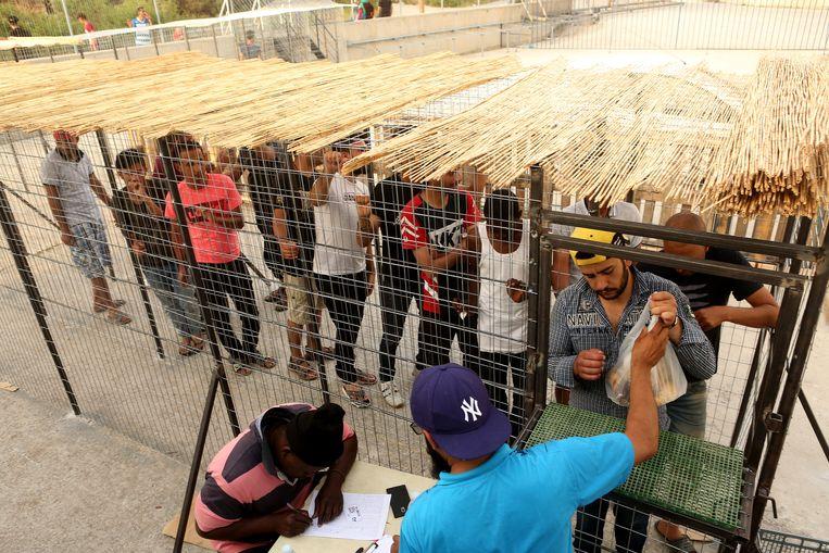 De wachttijd voor het voedselloket kan oplopen tot vier uur. Beeld Getty Images