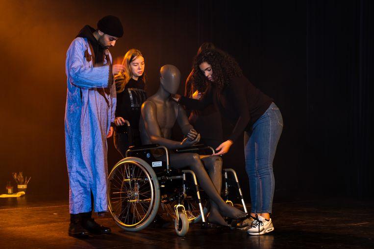 Zeven jongeren schrijven samen een theaterstuk dat handelt over het dagelijks leven, hun eigen levensverhalen en kijk op de wereld.
