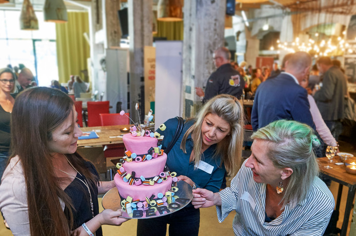 Zzp'er Kinda Sayegh (links) laat een van haar smakelijke creaties zien aan voedingscoach Brenda de Bijl en styliste Joyce Timmerman.