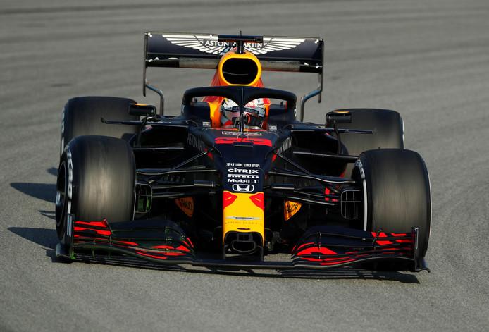 Max Verstappen in zijn nieuwe bolide, de RB16, op het circuit van Barcelona.