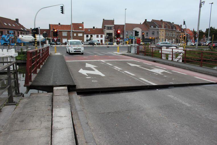 Bij het neerhalen van Kruispoortbrug I scheurt een van de hoofdliggers door. Vanaf dat moment is er geen verkeer over de Kruispoortbrug I mogelijk.