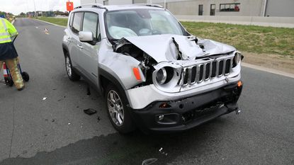 Bestuurder Jeep gewond na botsing tegen vrachtwagen