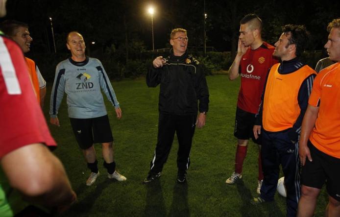 Leon Wassenberg (in het midden) tijdens een training van Maarheeze.