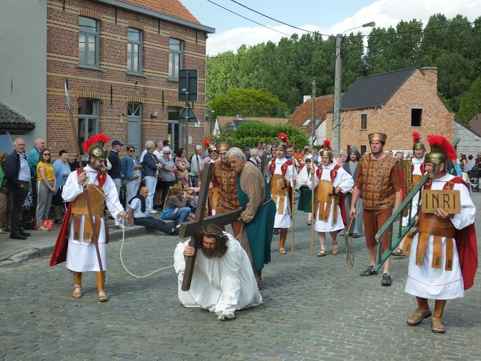 Jezus draagt het kruis door de straten van Meigem.