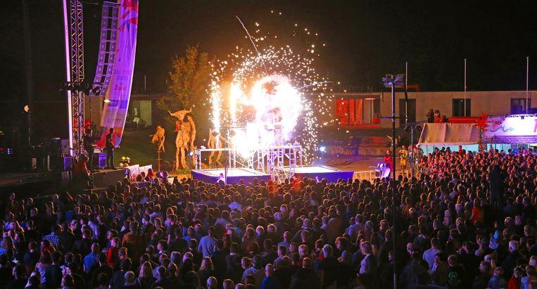 Honderden bezoekers vergapen zich aan het vuurwerkspektakel.