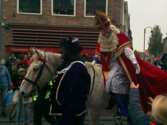 Te paard rijdt Sinterklaas door Middelburg.