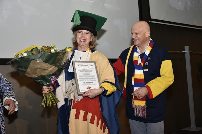 Minister Van Nieuwenhuizen en partner Bert Wijbenga stralen na de huldiging tot Ere-Boktorandus in Sint-Michielsgestel.