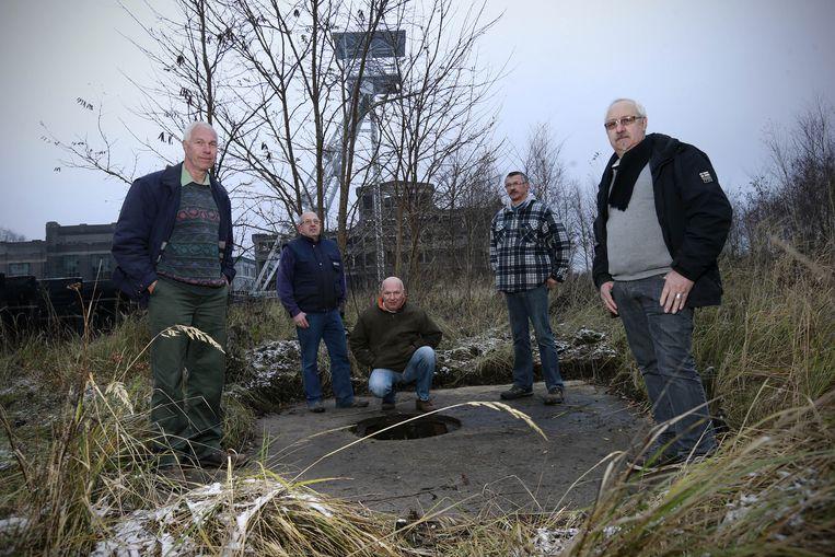 De ex-mijnwerkers, met Xavier Huygen (rechts vooraan) bij de put waar de kompels de mijn afdaalden.