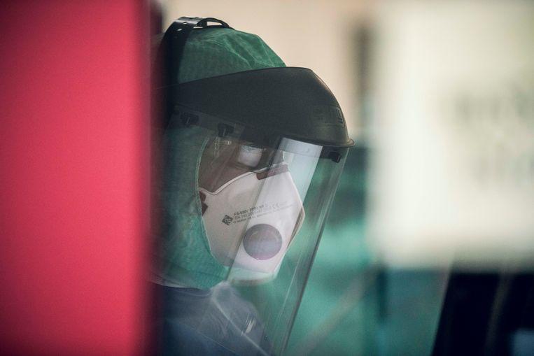 Het team draagt beschermende maskers.