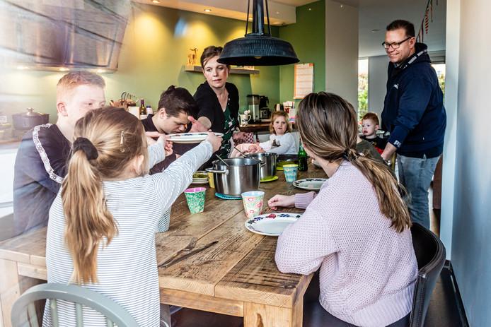 De familie Kraan uit Boskoop aan de avondmaaltijd. Linda en Ivan met de kinderen Sam, Marlyn, Quinten, Stan, Julia, Anne, Olav en baby Sara.